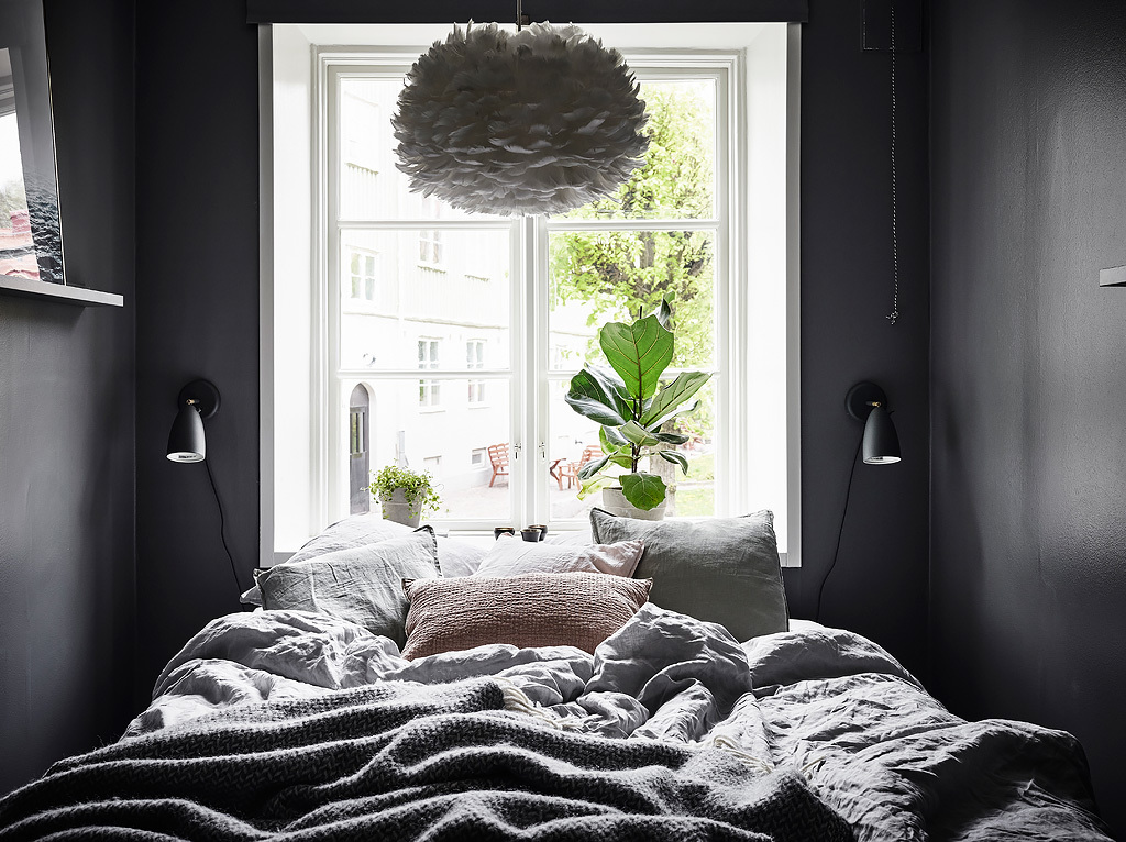 Beautiful dark bedroom - via Coco Lapine Design blog