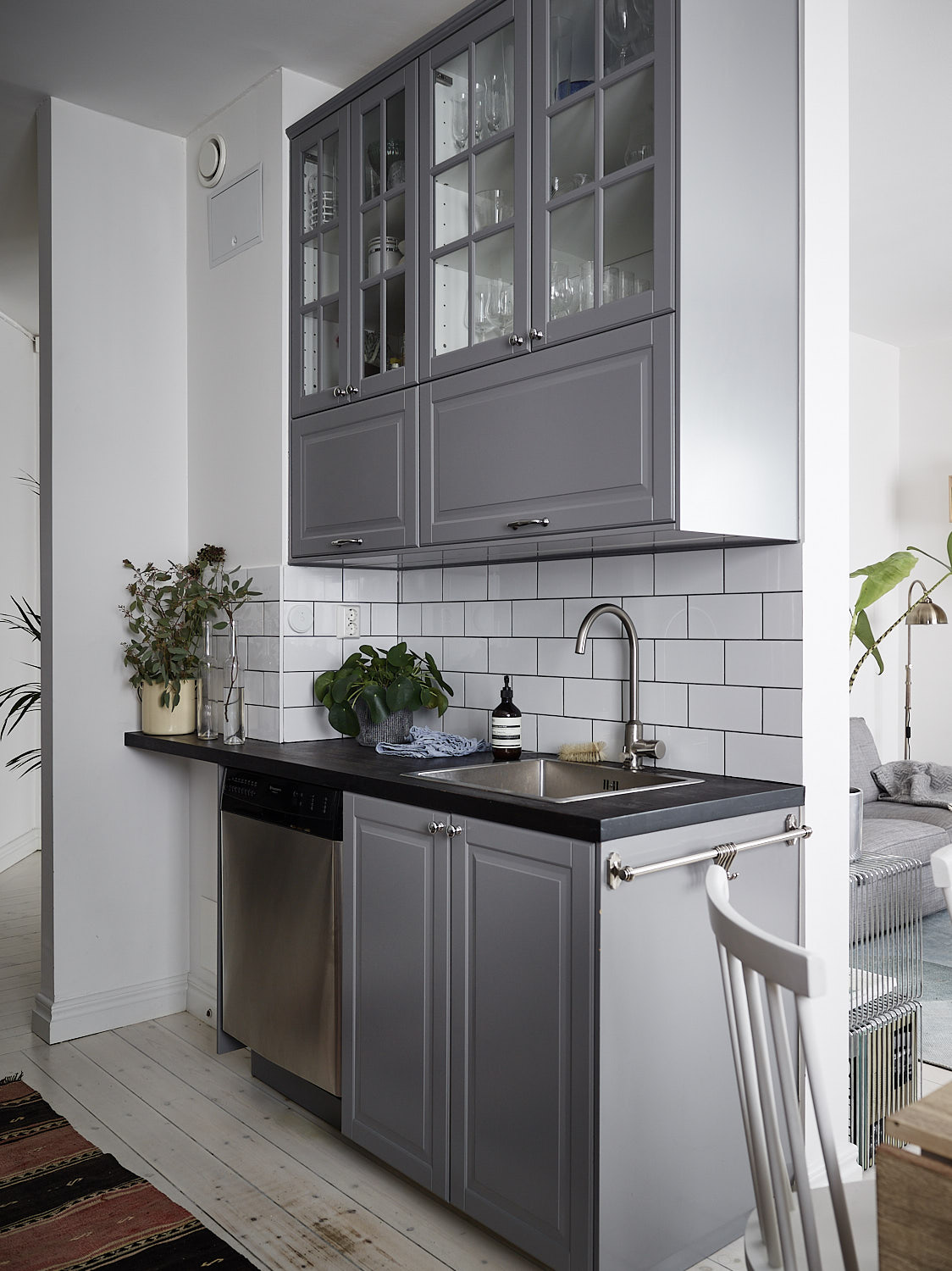 Grey kitchen with a tile wall - COCO LAPINE DESIGNCOCO ...