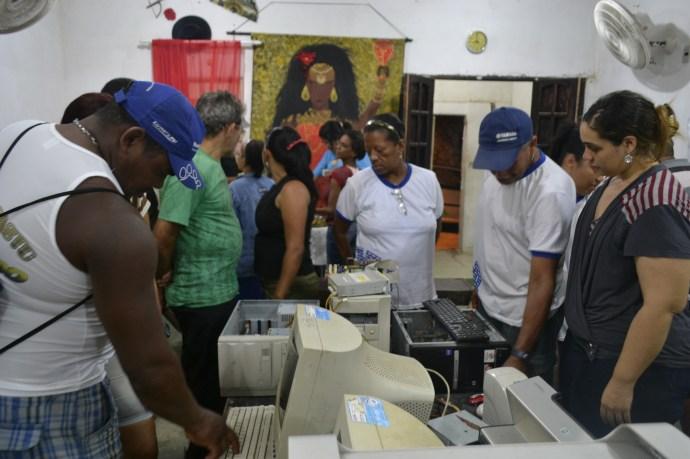 Alunos do EJA - Vivenciam experiencia ludica ao conhecer os conponentes do Cumputador.