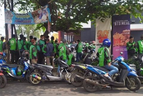 Delivery drivers queueing for the BTS Meal outside a McDonald's restaurant in Cimahi, West Java on June 9, 2021. Photo: Instagram/@infocimahi.co