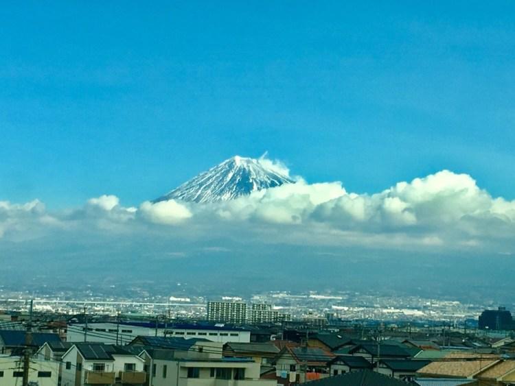 新幹線から見た富士山の写真
