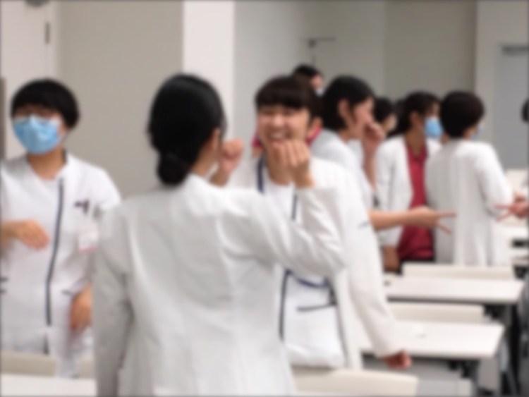 看護師研修に笑顔ひろがる様子
