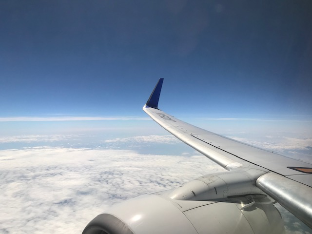 飛行機と青空の写真