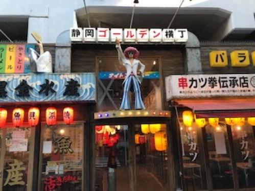 静岡駅高架下の像の写真