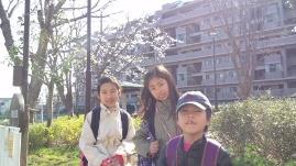 桜の前で.JPG
