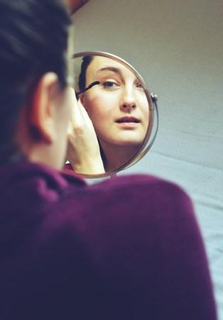 長距離フライトのあとでも化粧崩れしないコツ、化粧は完成させない