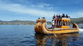 The tourist boats that the Uros people made of reeds