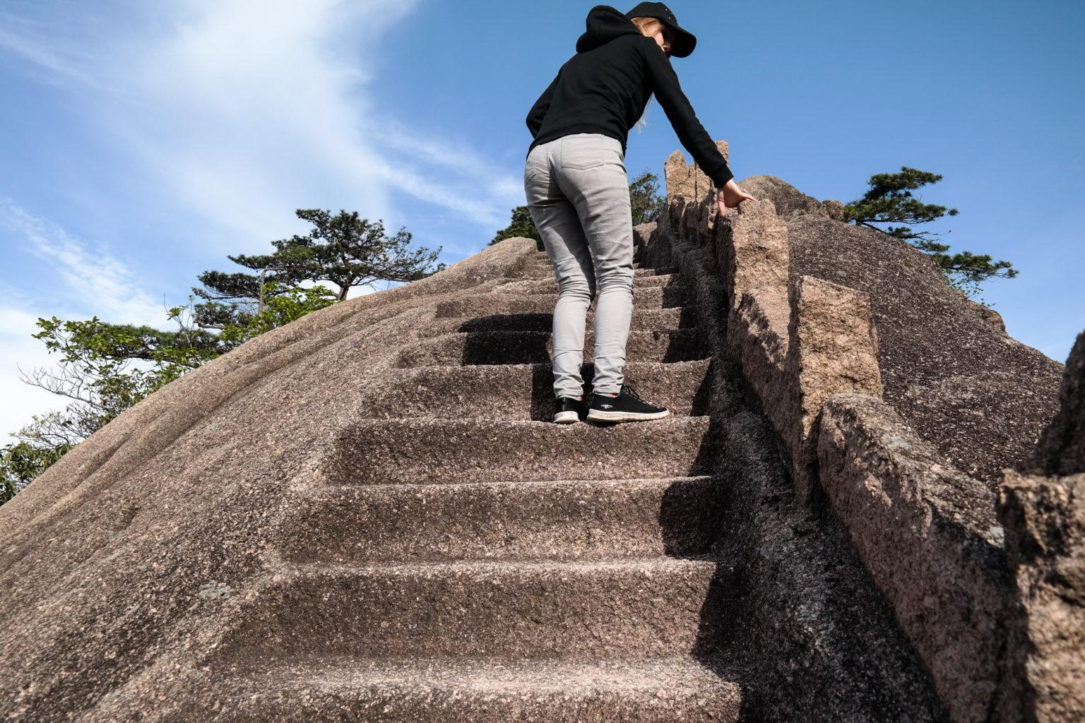 schody wykute w skale