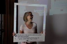 """One of the dialogue tools we developed for Øresundskomiteen: an oversize """"polaroid"""" frame on which visitors and presenters can state opinions and concerns and have a photo taken in the small studio. Photos were uploaded to Twitter #hvadnuhvis"""