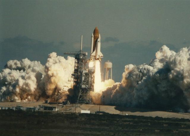 Foto recientemente descubierta captura otro ángulo del despegue del transbordador espacial de la NASA