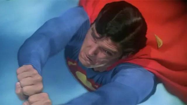 ¿Cuál es la velocidad necesaria para que Superman cambie el eje de la Tierra? - Código Espagueti