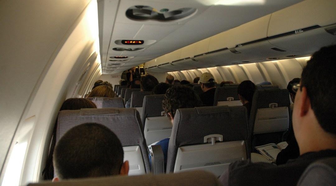 el interior de un avión a punto de despegar