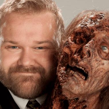 Robert Kirkman con un zombie de la serie The Walking Dead