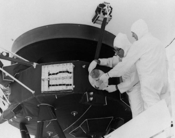 Equipo del Voyager montando el Disco de Oro