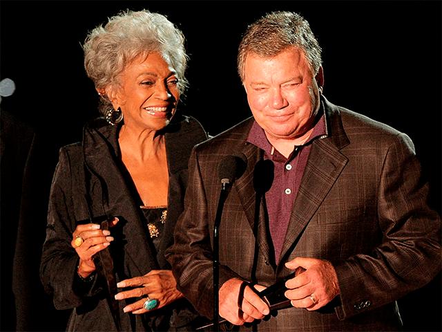 Nichelle Nichols y William Shatner en una ceremonia de premiasión