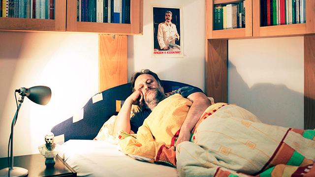 Slavoj Žižek acostado en la cama