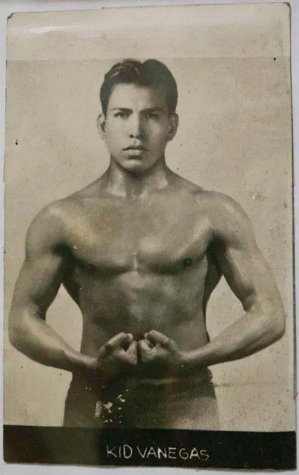 Kid venegas mostrando sus musculos