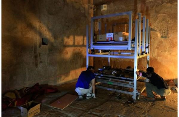 Investigadores colocando los detectores de muones al interior de la pirámide.