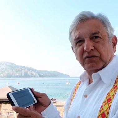 El presidente de México AMLO con su smartphone