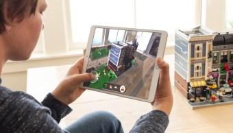 Un niño jugando el nuevo Lego AR City