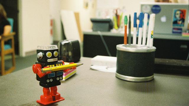 un robot chiquito en un escritorio.