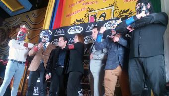 Luchadores de Triple aaa posando en un evento