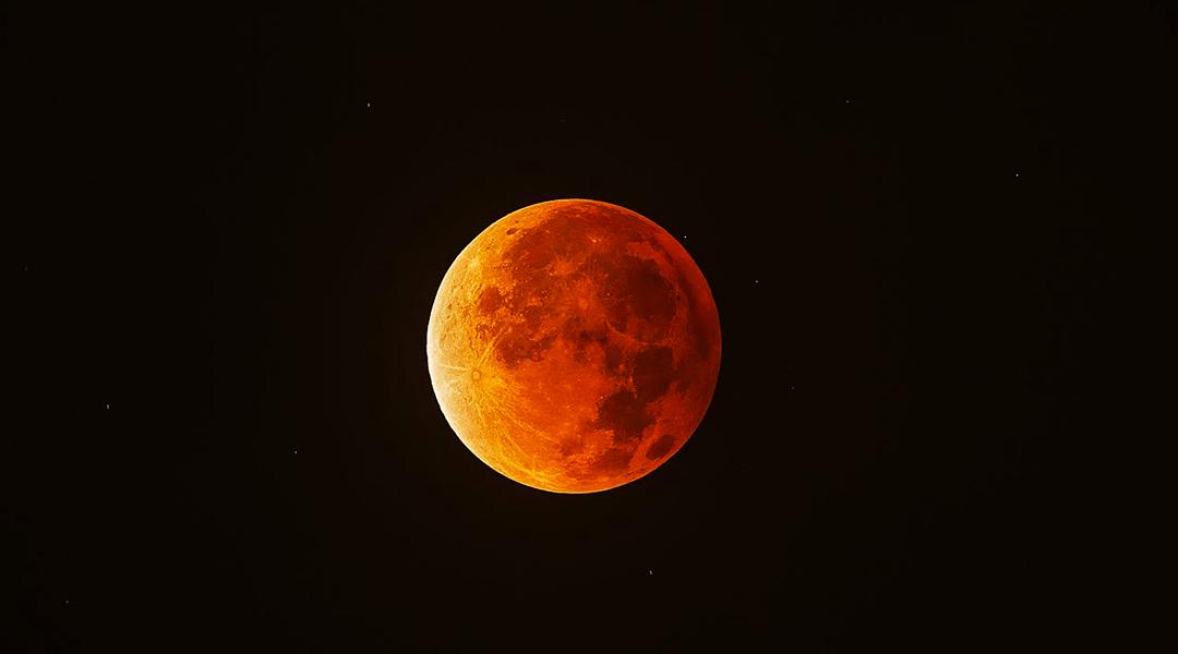 La Luna roja, por el eclipse de Luna de Sangre