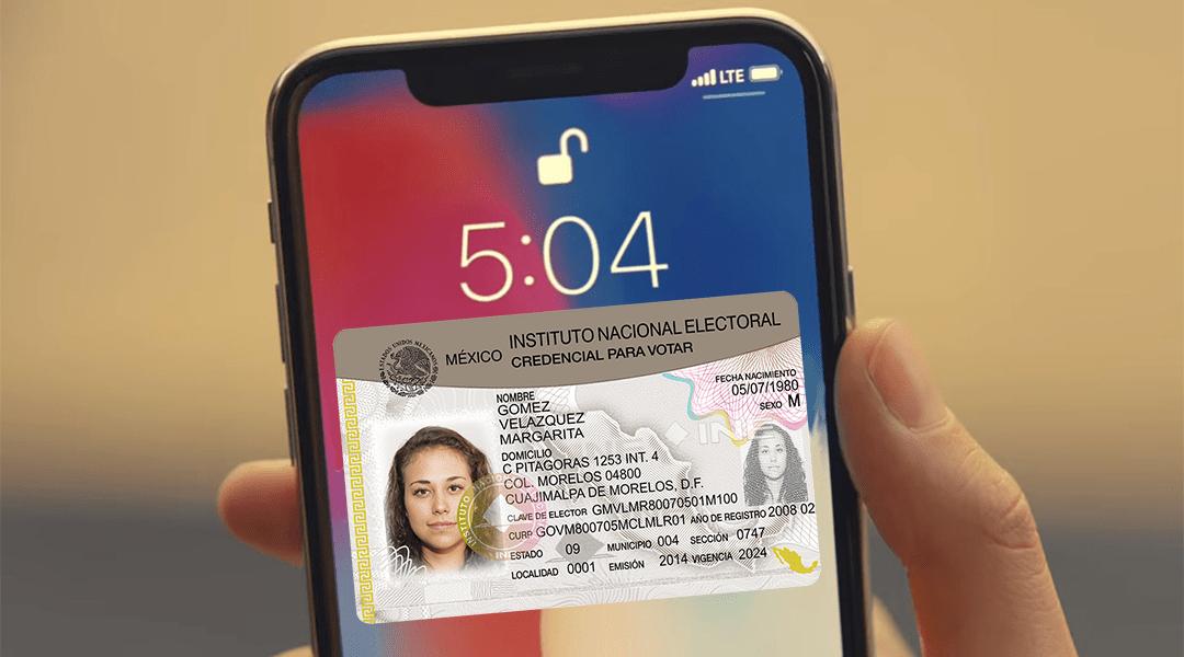 Un iPhone de Apple con una INE en el frente