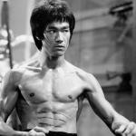 Bruce Lee demostrando sus habilidades como artemarcialista