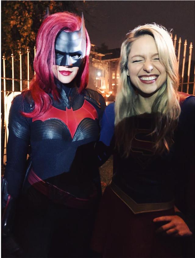 Ruby Rose y Melissa Benoist como Batwoman y Supergirl