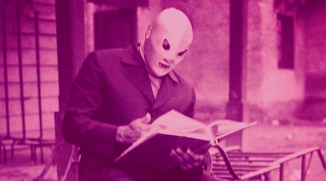 El Santo leyendo un libro en una película
