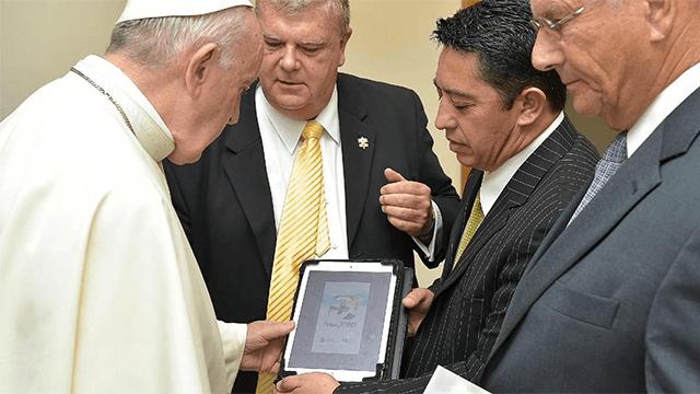 El Papa estrena videojuego religioso que emula a Pokémon GO