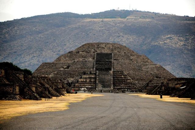 Expertos del INAH confirman la existencia de una cámara y un túnel bajo la Pirámide de la Luna.