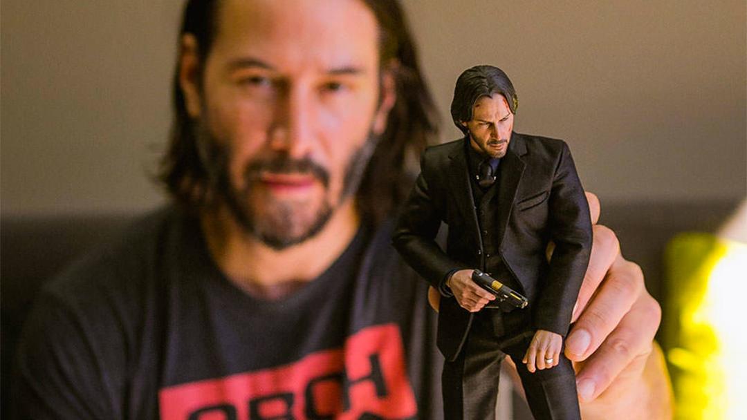Keanu Reeves con un muñeco de sí mismo