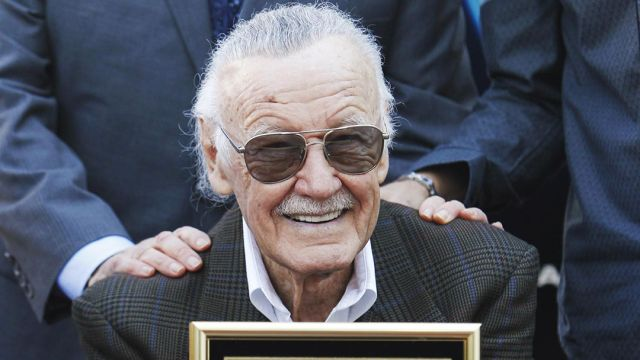 Llevan flores a Stan Lee al Paseo de la Fama en Hollywood