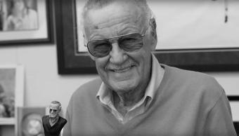 Stan Lee con un juguete de Stan Lee