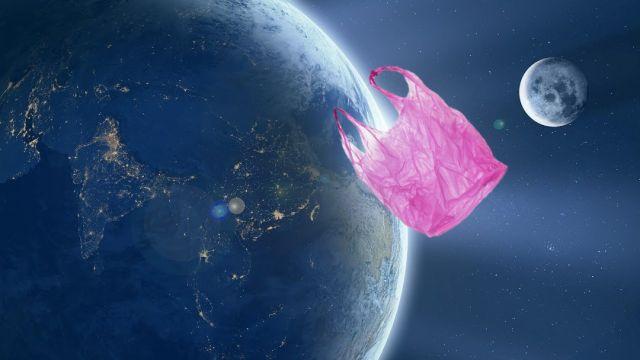 Imágen bolsa de basura en la órbita de la Tierra.jpg