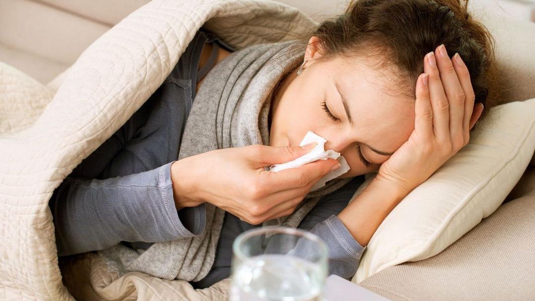 imagen de mujer resfriada