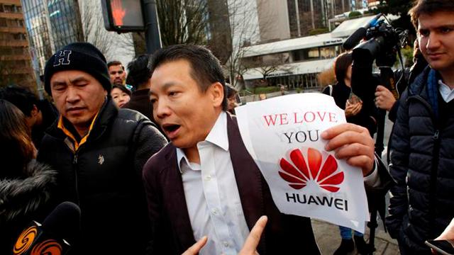 Un partidario de Meng Wanzhou, protesta por la extradición de Canadá a los Estados