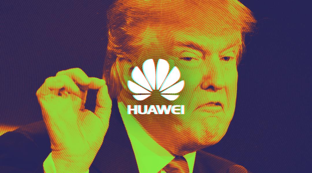 El presidente Donald Trump tras el logo de Huawei