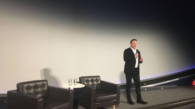 Elon Musk dando una conferencia en Neurolink