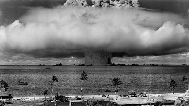 Explosión atómica en las islas Marshall