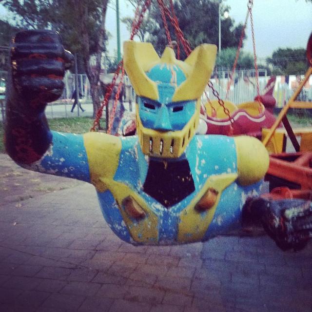 Juego Mecánico de la Ciudad de México con la figura de Mazinger como carrito