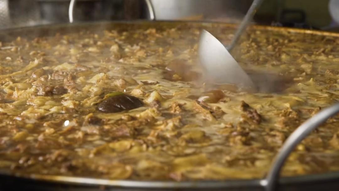 Una sopa lleva cociéndose 45 años en Bangkok