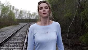 The Hunt película mujer maninado al lado de unas vías del tren