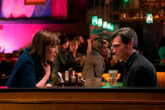 Hombre y mujer sentados en una mesa de un restaurante dónde estás bernadette película reseña