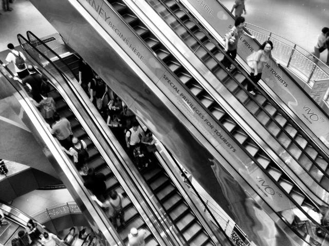 Personas subiendo y bajando escaleras eléctricas