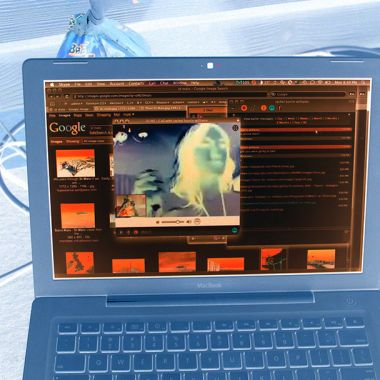 Imagen de una computadora con videochat