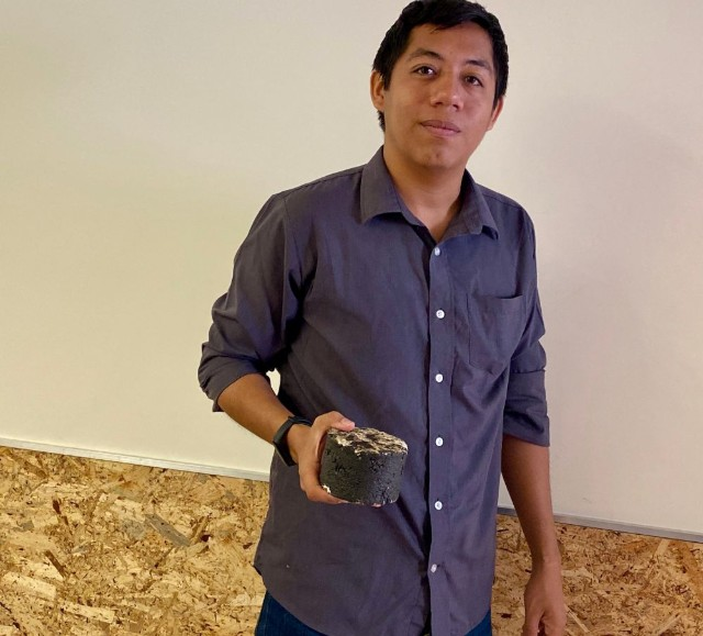 Pavimento que se regenera con agua creado por mexicano