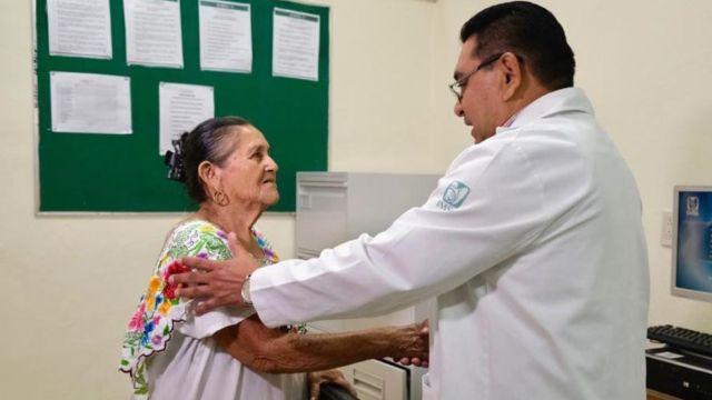 Un doctor del IMSS con una paciente